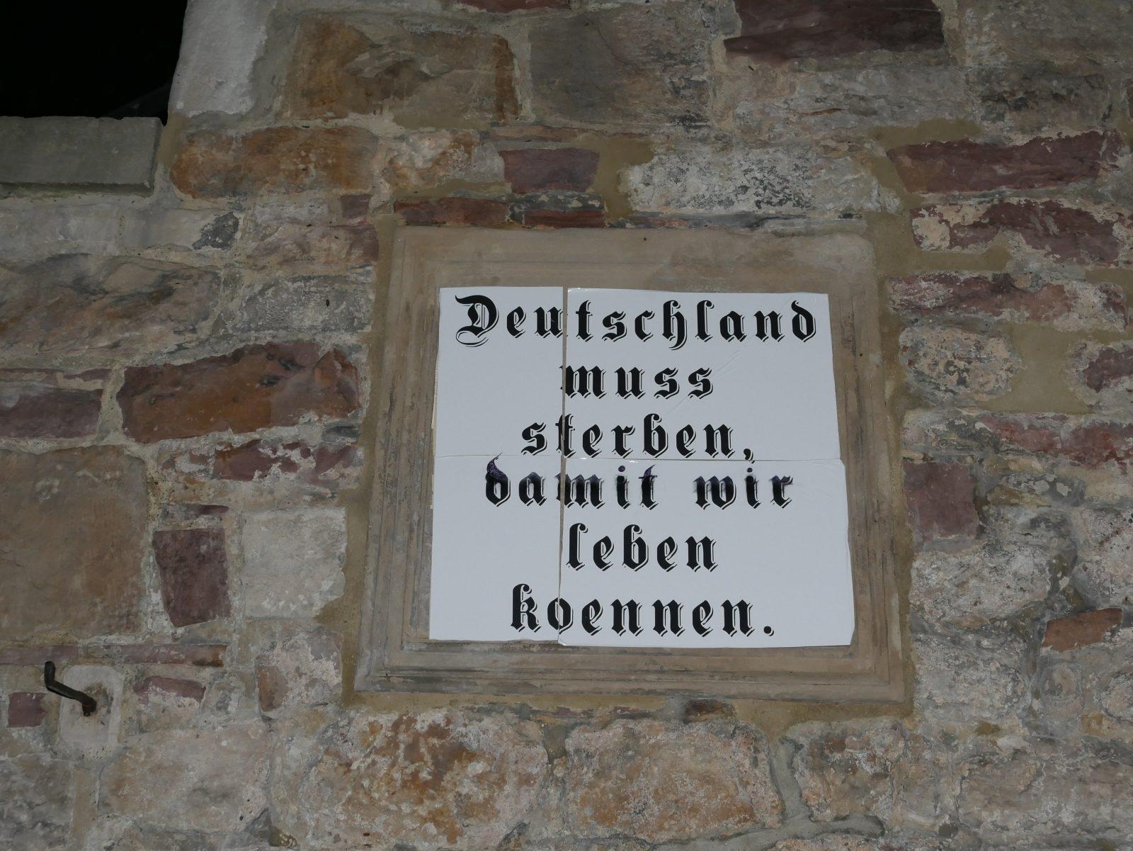 Die Täter brachten Parolen an dem Wehrmachtsdenkmal im Kasseler Park an Foto: Indymedia