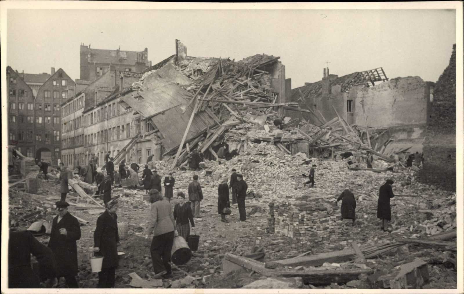 Hamburger Trümmerfrauen beseitigen den Schutt nach einem Luftangriff Foto: picture alliance/arkivi