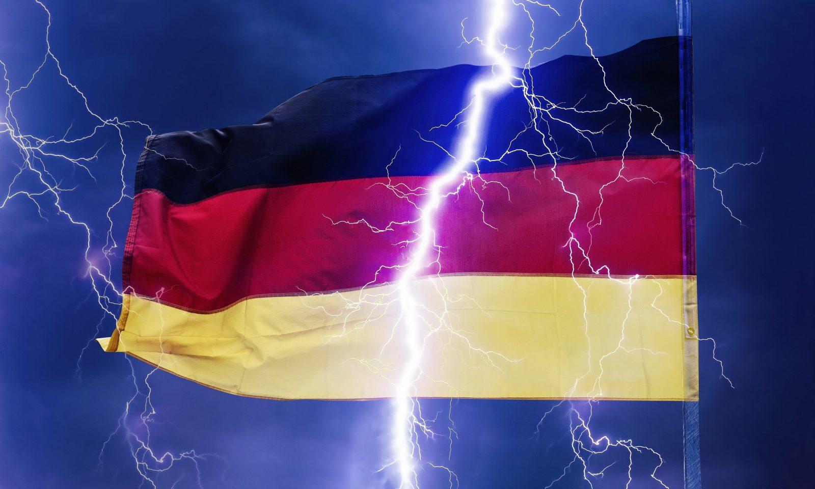 Ein Blitz scheint eine deutsche Flagge in zwei Teile zu spalten.