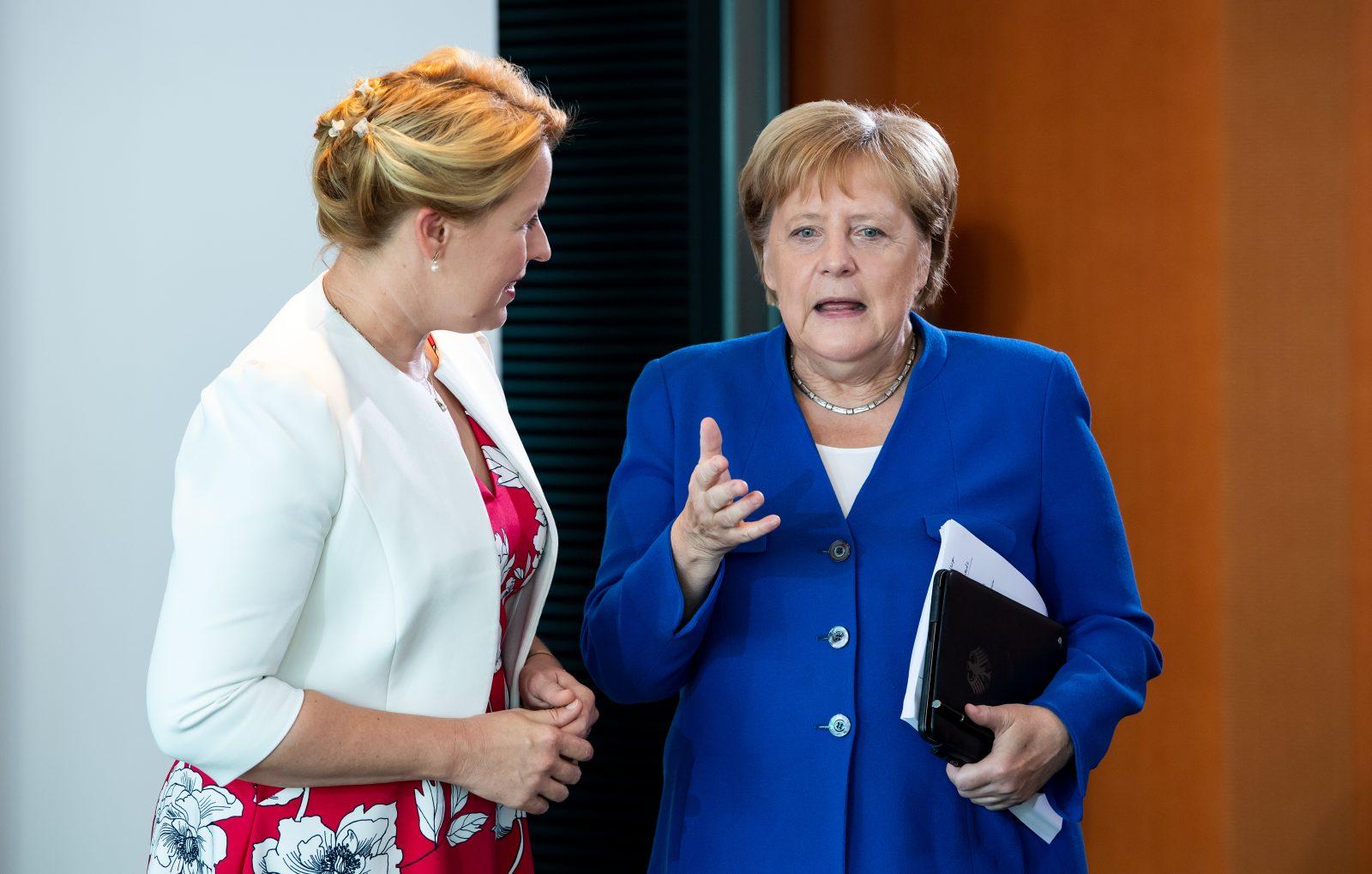 """Familienministerin Franziska Giffey (SPD l.) und Kanzlerin Angela Merkel (CDU): Einig im """"Kampf gegen Rechts"""""""