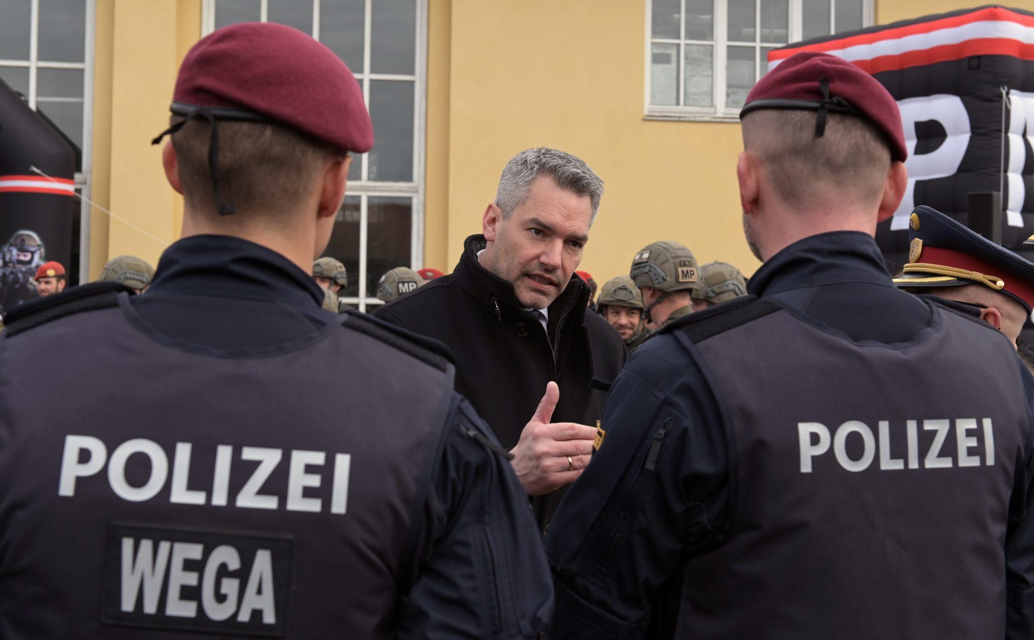 Innenminister Karl Nehammer (ÖVP) mit Polizisten
