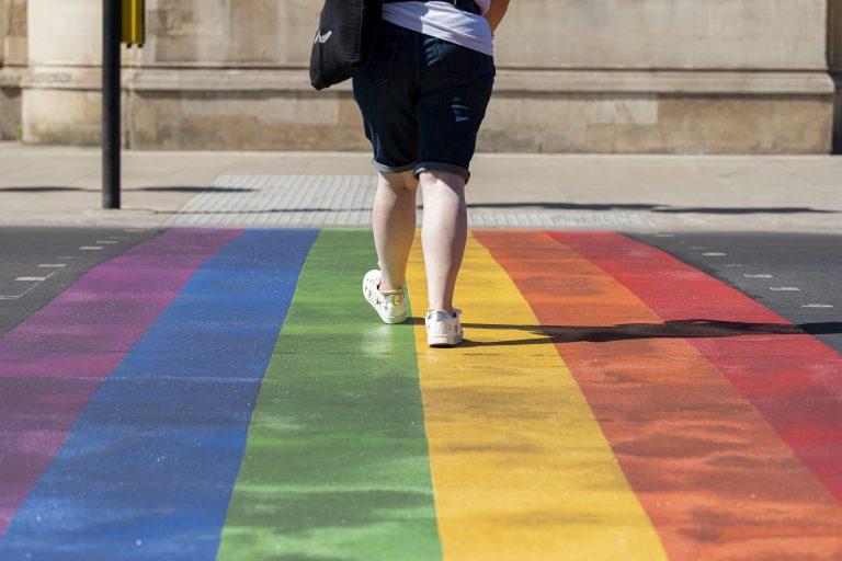Regenbogen-Fußgängerübergang als Zeichen für LGBTQ