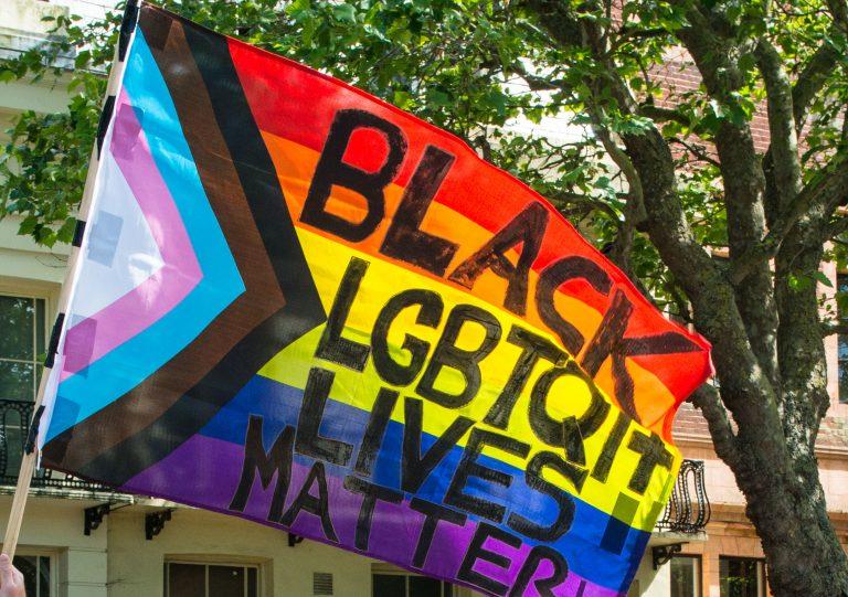 """Regenbogenfahne auf einem Protest der """"Black lives matter""""-Bewegung in den USA"""