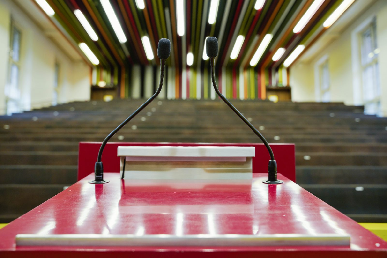 """Leeres Rednerpult in einem Hörsaal: Der Deutsche Hochschulverband beklagt einen """"verengten Diskurskorridor"""""""
