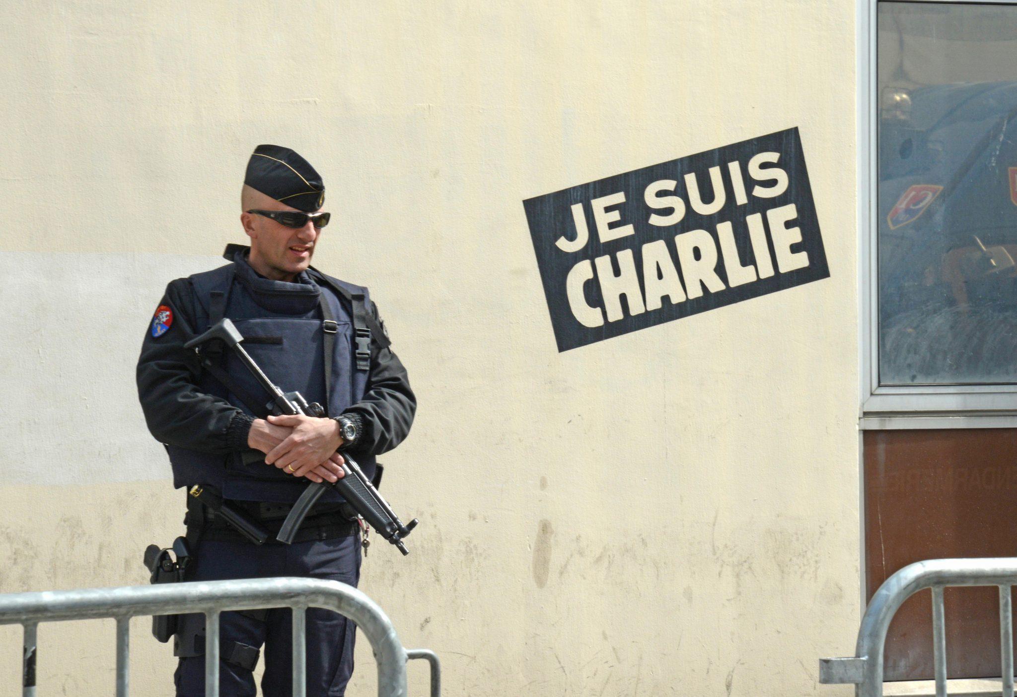 Ein bewaffneter Polizist bewacht den Eingang zur Redaktion der Zeitschrift Charlie Hebdo: Der ehemalige Auto des Satireblatts, Patrick Pelloux warnt vor mehr islamistischen Attacken in Frankreich