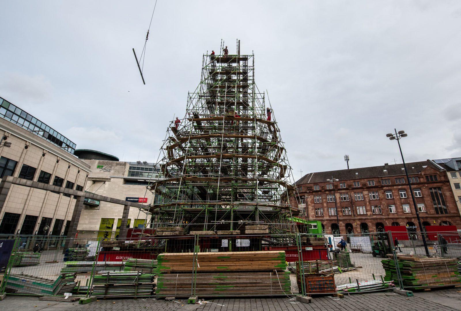 An dem Gerüst sollten die 1.700 Sauerländer Fichten den größten Weihnachtsbaum der Welt bilden Foto: picture alliance/Bernd Thissen/dpa