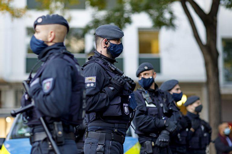 Polizisten bei einer Demonstration gegen Corona-Maßnahmen