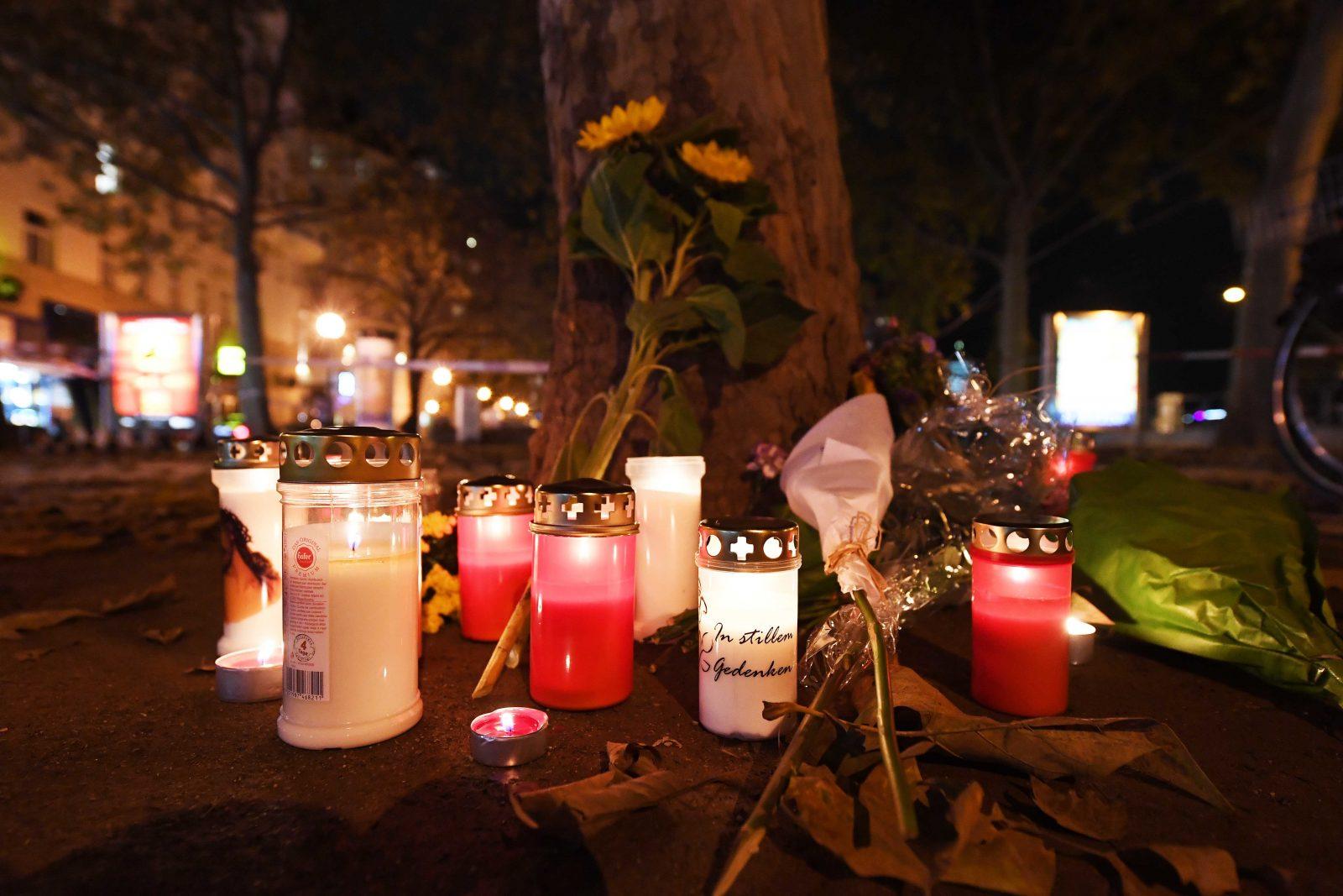 Kerzen und Blumen erinnern an den Anschlag in Wien Foto: picture alliance/APA/picturedesk.com