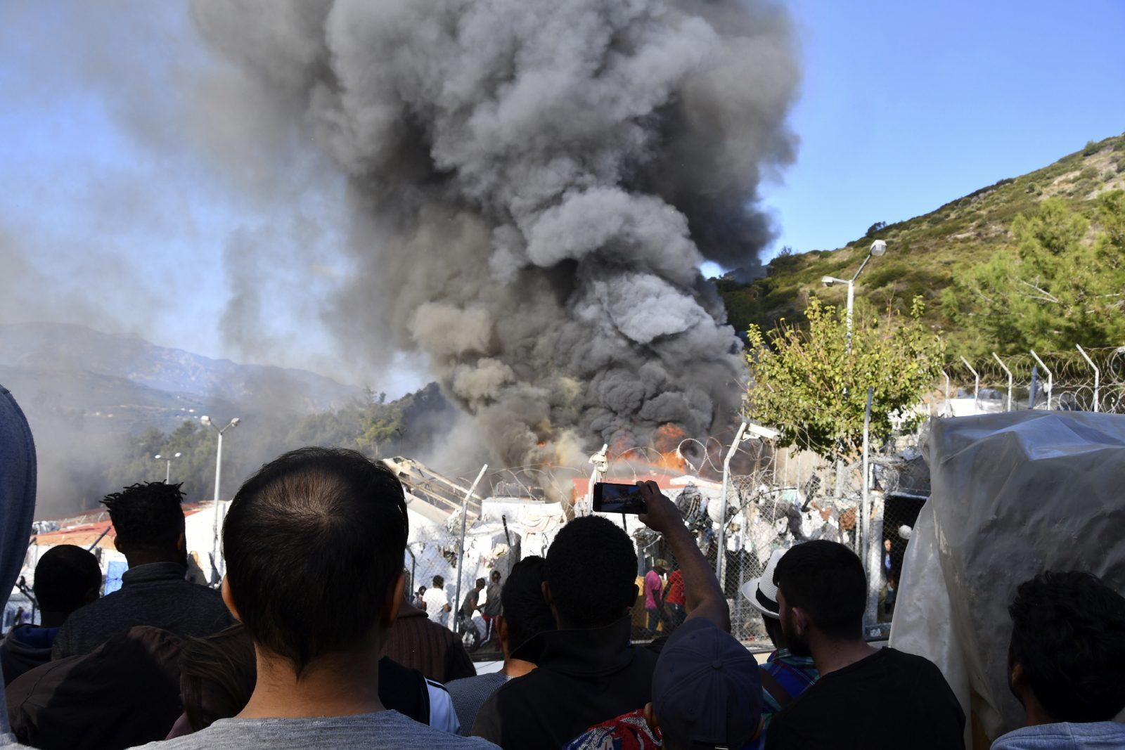 Rauch steigt auf über dem Brand im Flüchtlingslager auf Samos Foto: picture alliance / AP Photo