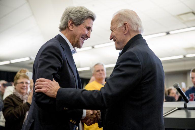 Der kommende US-Präsident Joe Biden (r.) und sein kommender oberster Klimaschützer John Kerry (Archivbild) Foto: picture alliance / AP Photo