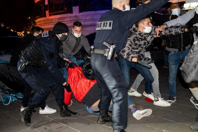 Pariser Polizisten räumen das illegale Migrantencamp auf dem Platz der Republik