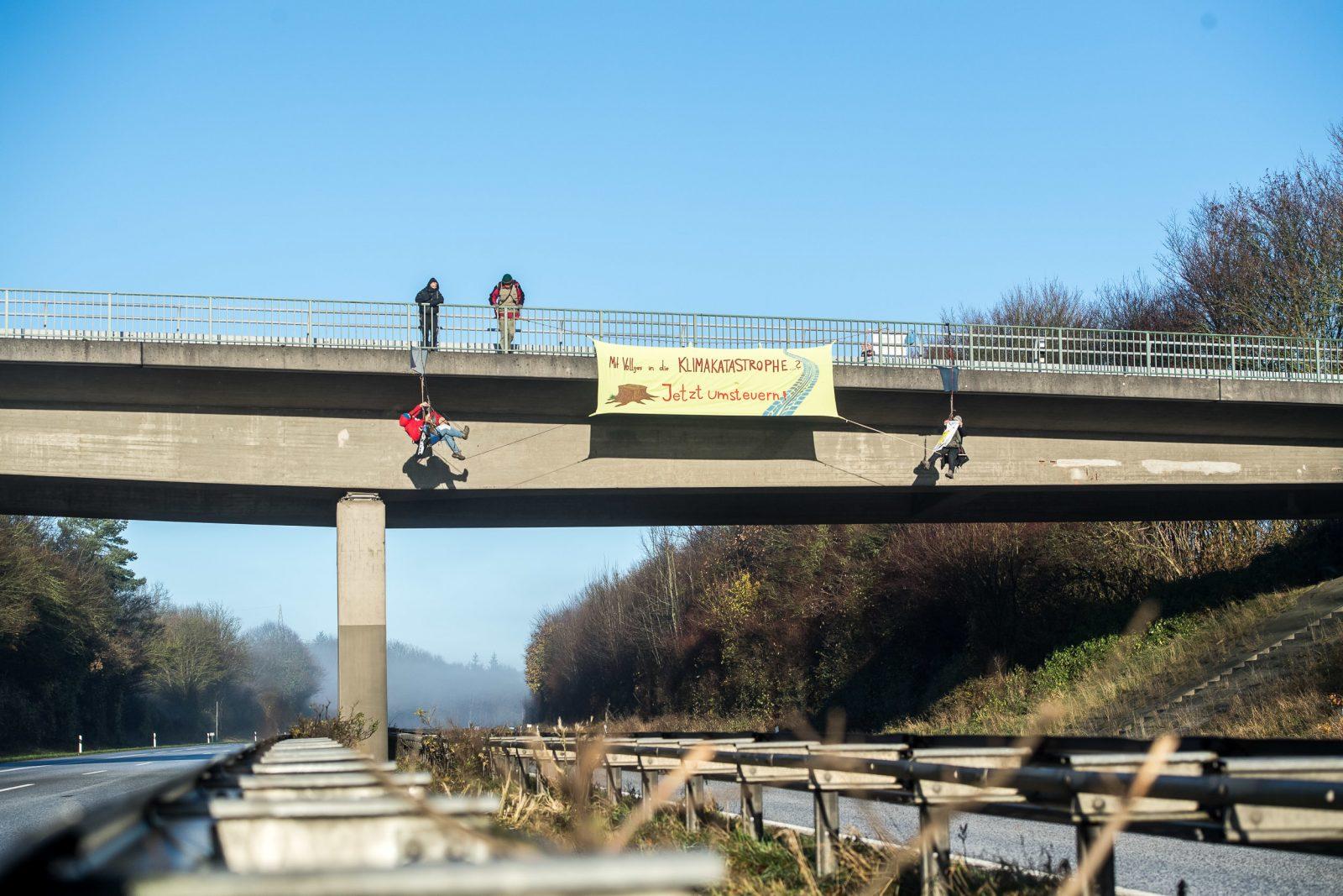 Auch auf der A7 bei Schleswig legten radikale Umweltschützer durch eine Abseilaktion den Verkehr lahm Foto: picture alliance/Benjamin Nolte/dpa