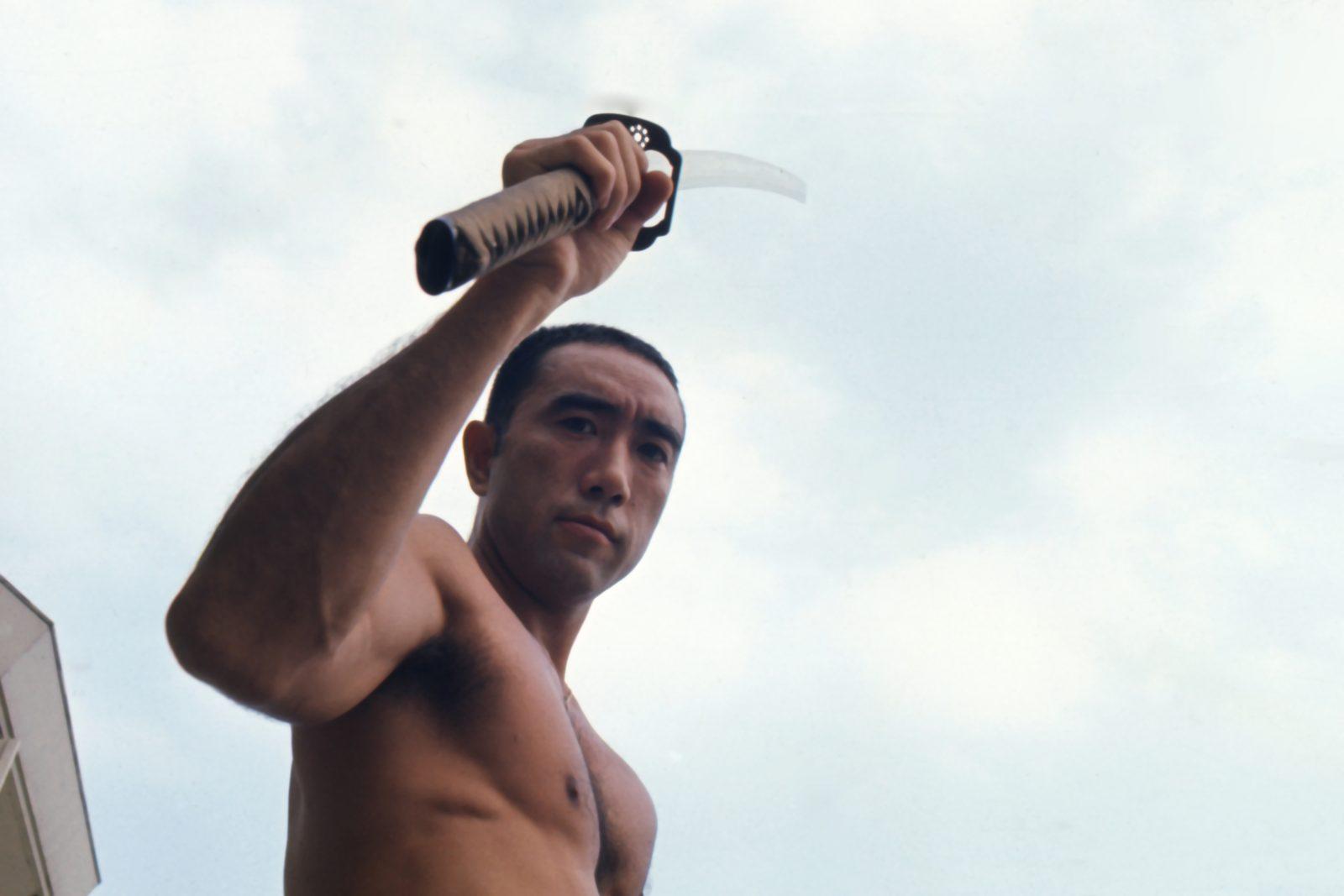 Mishima mit Samurai-Schwert