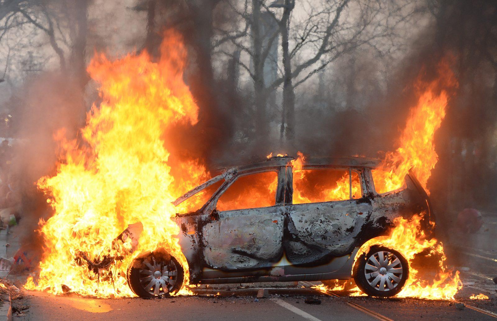 Brennendes Polizeiauto (Archivbild) Foto: (c) dpa