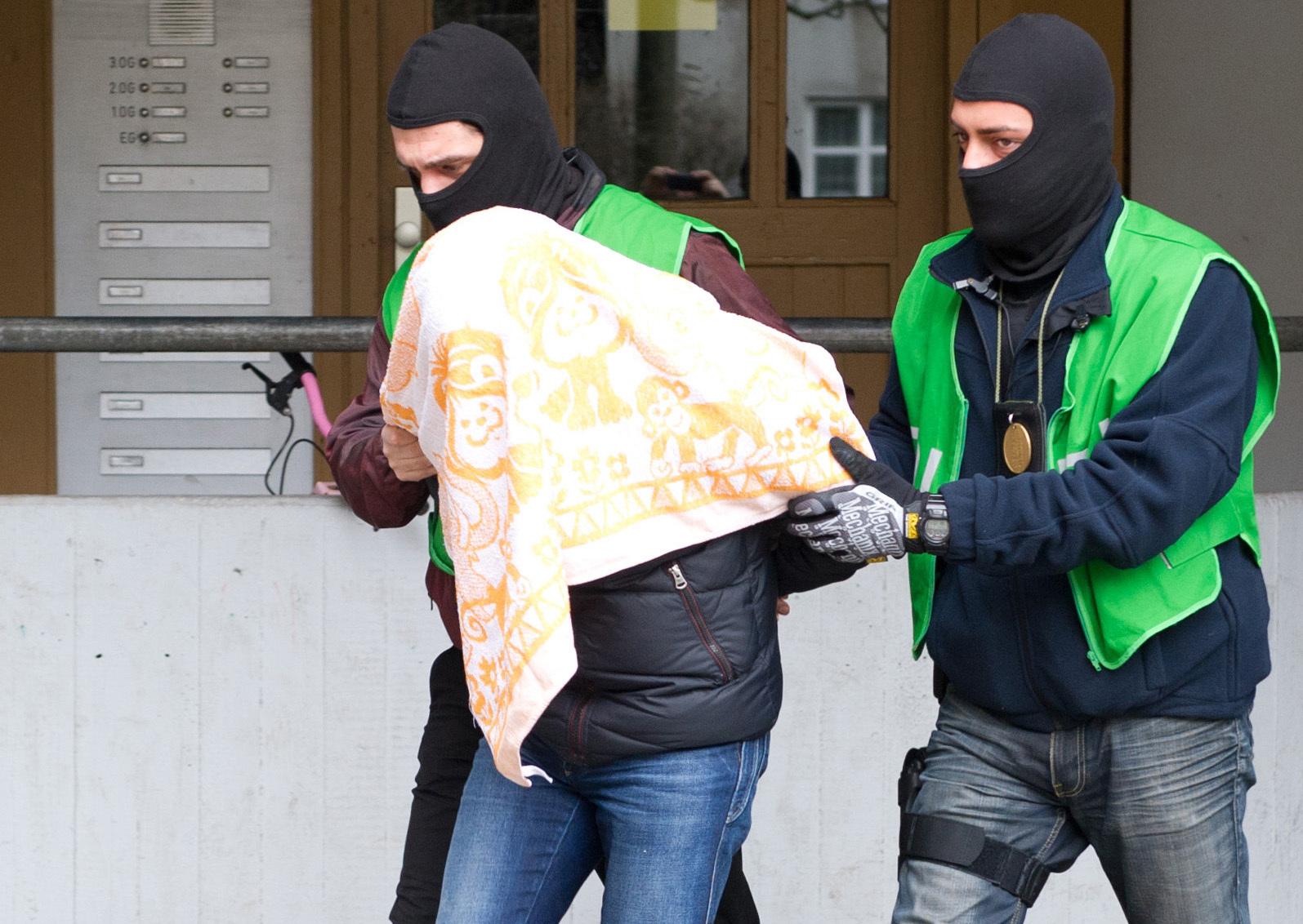 Polizisten führen einen mutmaßlichen Islamisten ab: Nach dem Willen der AfD sollen islamistische Gefährder in Präventivgewahrsam genommen werden (Archivbild) Foto: (c) dpa
