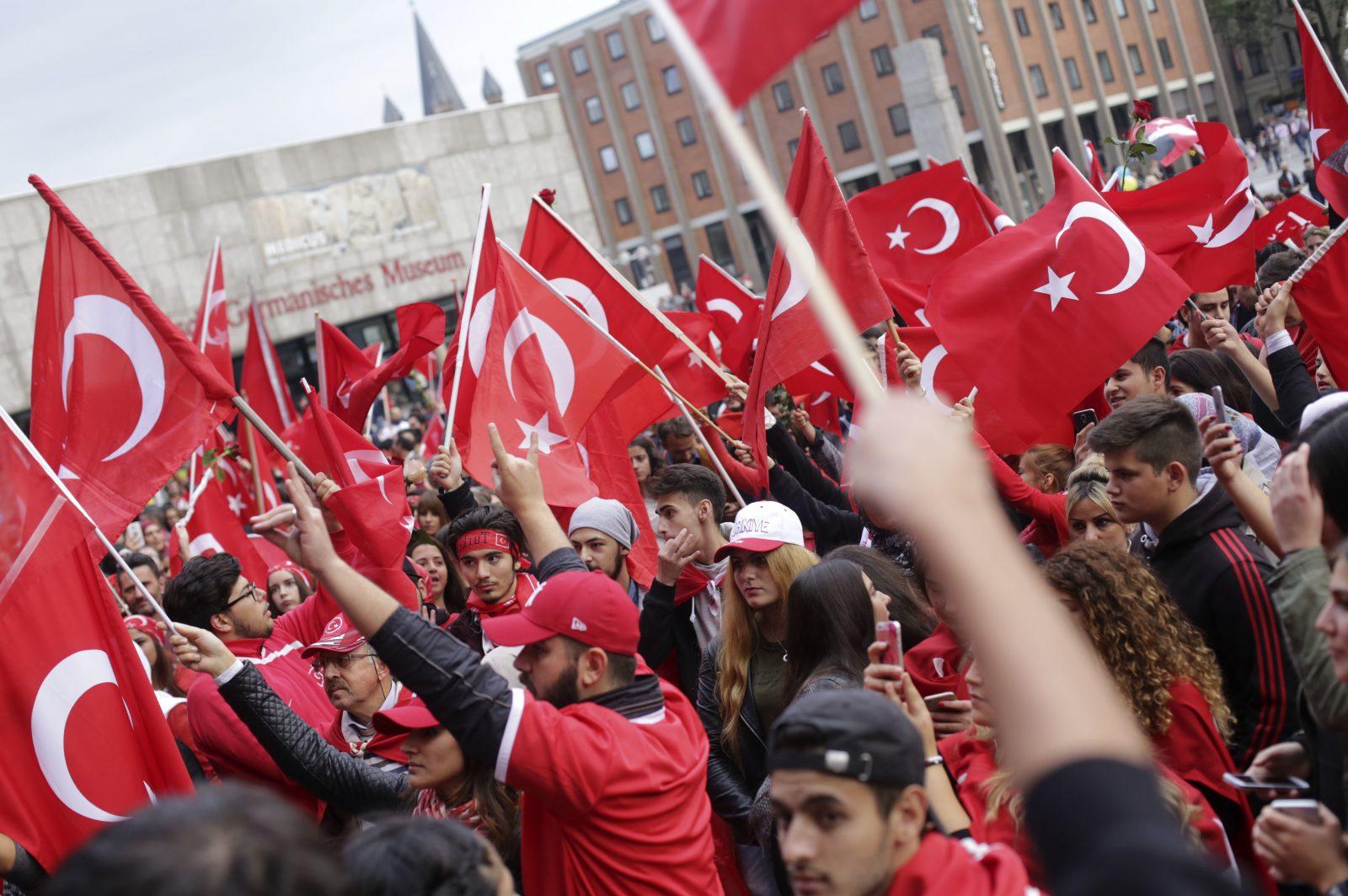 """Demonstration der türkisch-nationalistischen """"Grauen Wölfe"""" in Köln: Politiker mehrerer Parteien sprechen sich für ein Verbot der Gruppierung in Deutschland aus"""