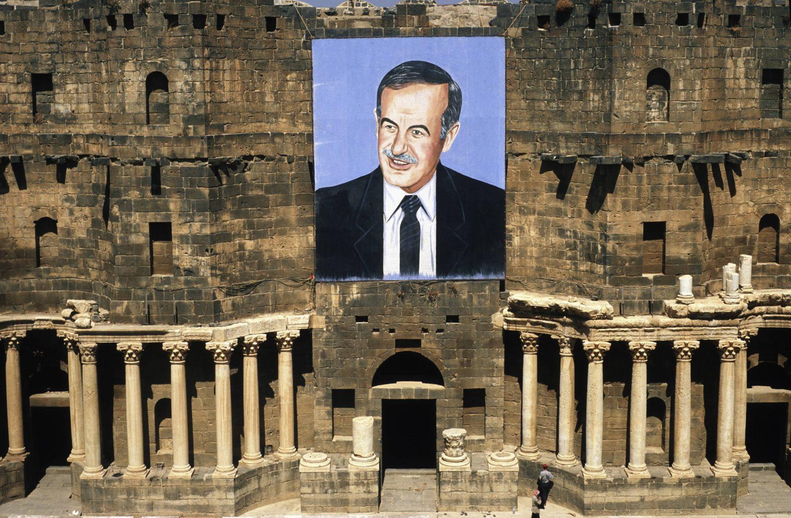 Ein überlebensgroßes Porträt des syrischen Diktators Hafiz al-Assad an einem römischen Thater im Süden Syriens.