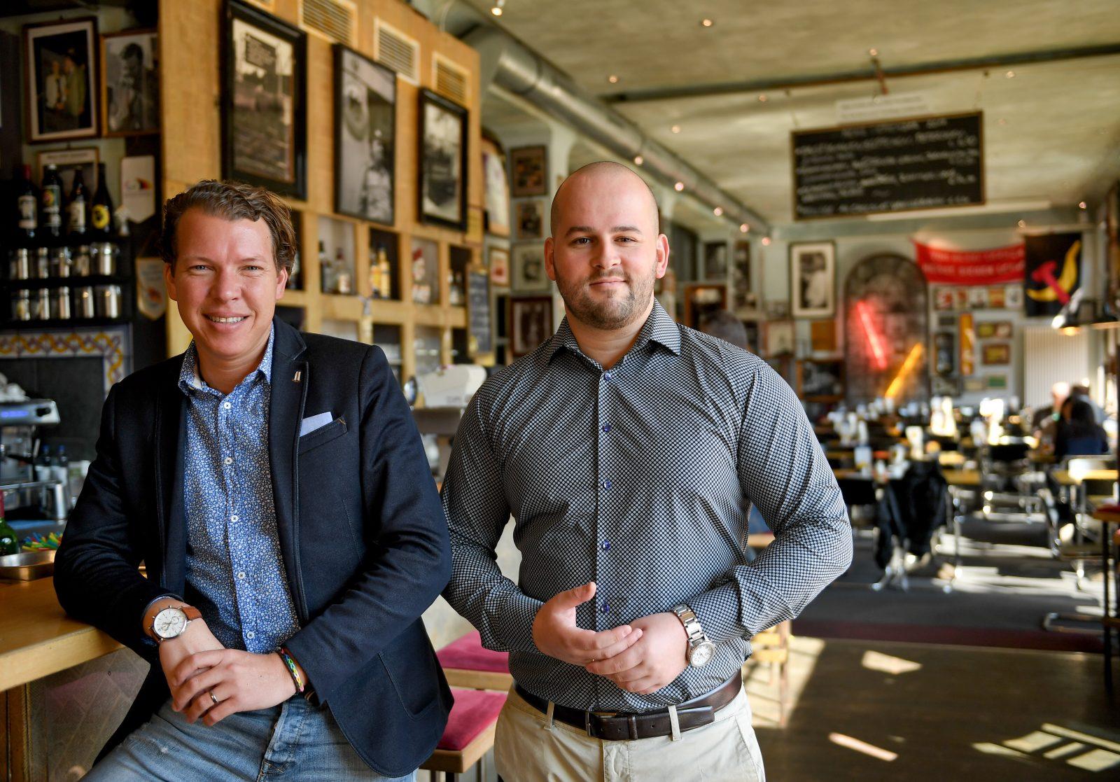 """Die Geschäftsführer des Lokals """"Ständige Vertretung"""", Jörn Peter Brinkmann (l.) und Jan Philipp Bubinger Foto: (c) dpa"""