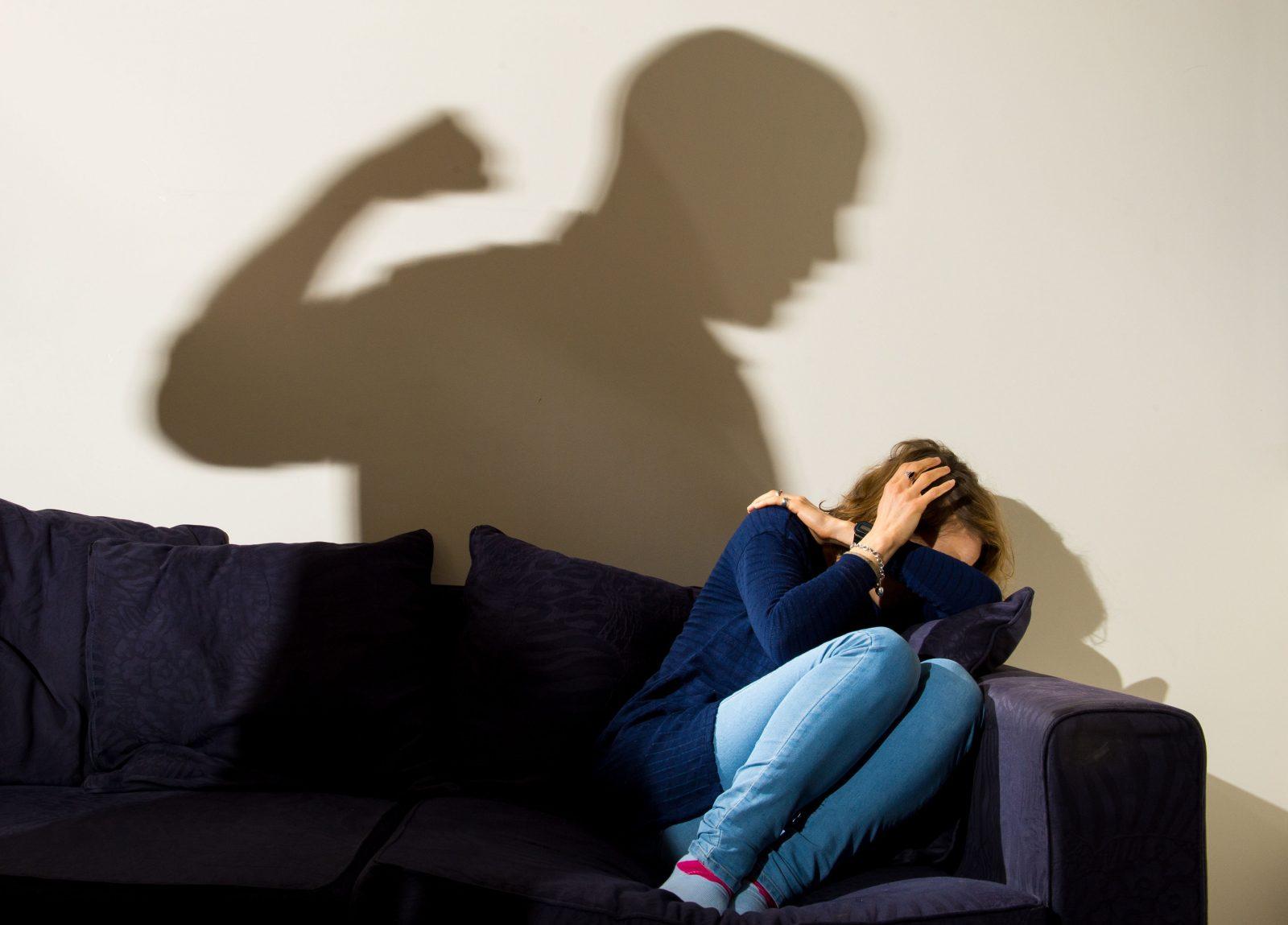 Mann erhebt die Hand gegen Frau: Die Grünen fordern frauenfeindlich motivierte Gewalt als solche in der Kriminalitätsstatistik zu benennen