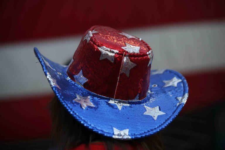 Trump-Unterstützerin mit Amerika-Hut