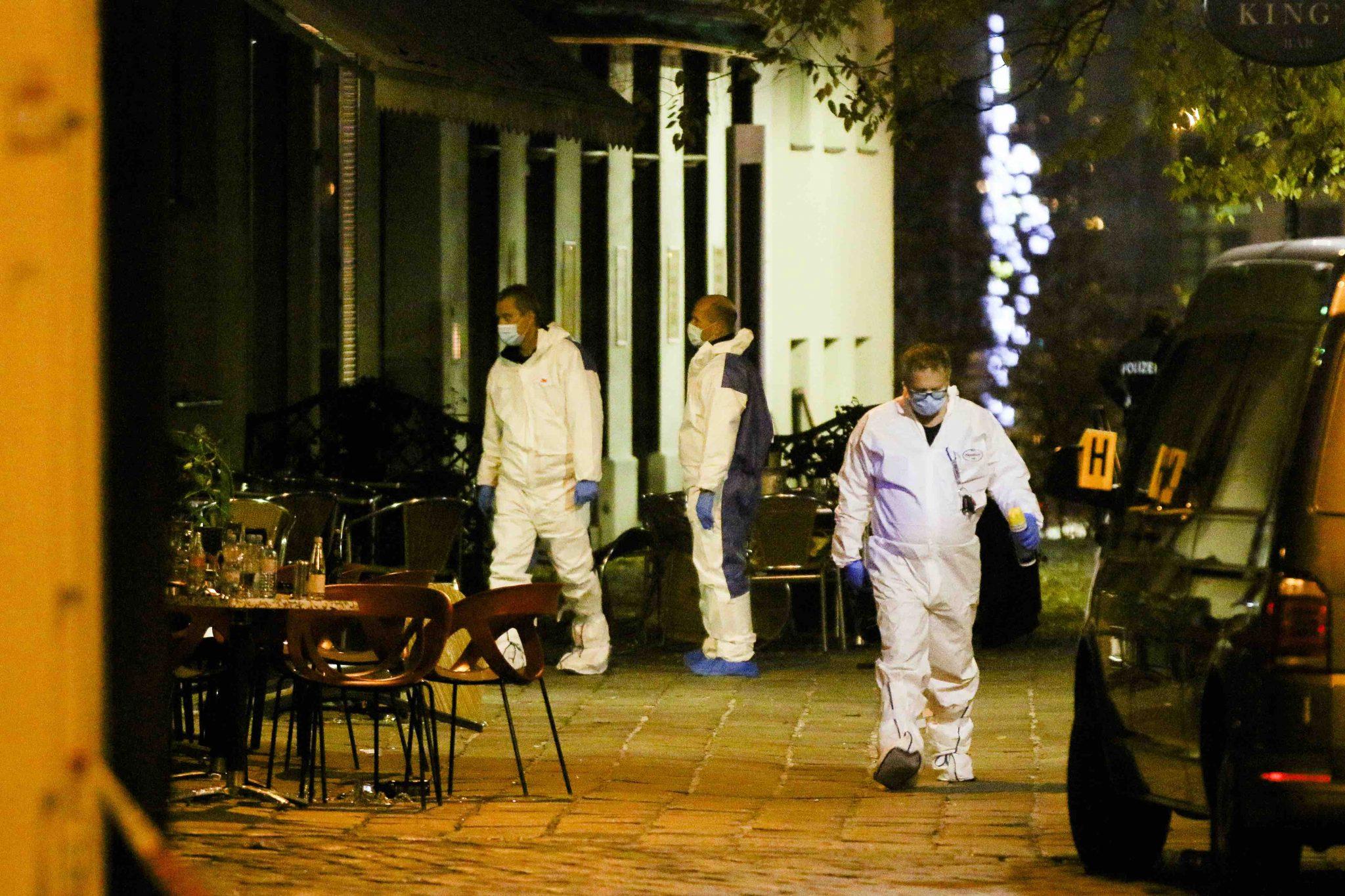 Ermittler an einem der Tatorte nach dem Anschlag in Wien
