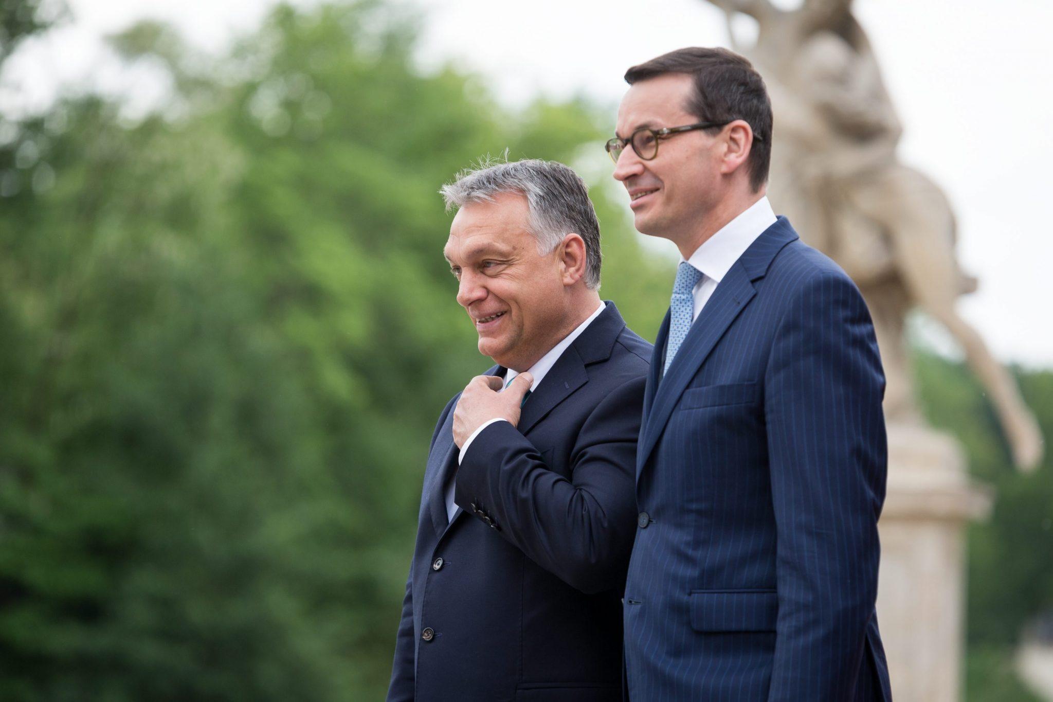 Ungarns Ministerpräsident Viktor Orbán (links) und Polens Regierungschef Mateusz Morawiecki: Beide Männer werten die Einigung als Sieg für ihre Länder