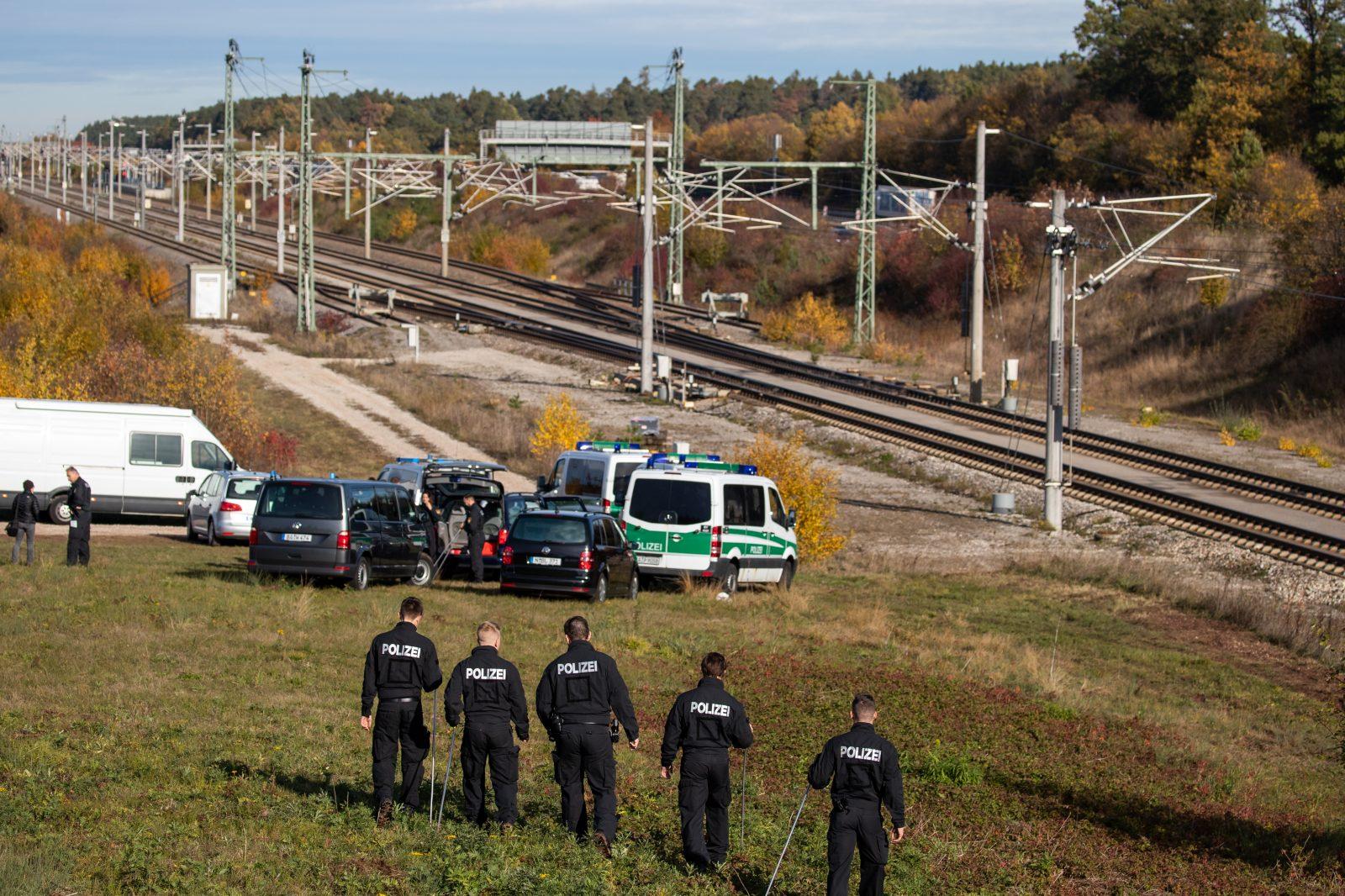Ermittler an Tatort auf ICE-Strecke