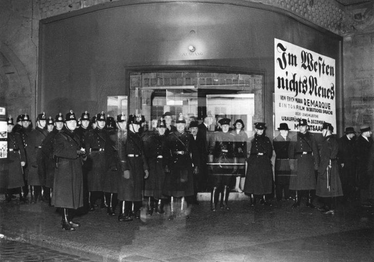 """Die Berliner Polizei sicherte die Aufführungen von """"Im Westen nichts Neues"""" 1930 mit starken Kräften Foto: picture alliance / IMAGNO/Austrian Archives (S)   Anonym"""