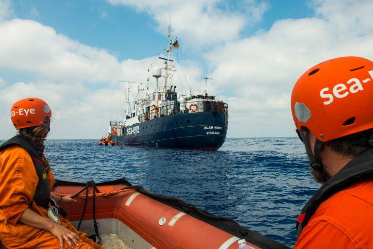 Sey-Eye im Einsatz im Mittelmeer mit Migrantenhilfsschiff Alan Kurdi