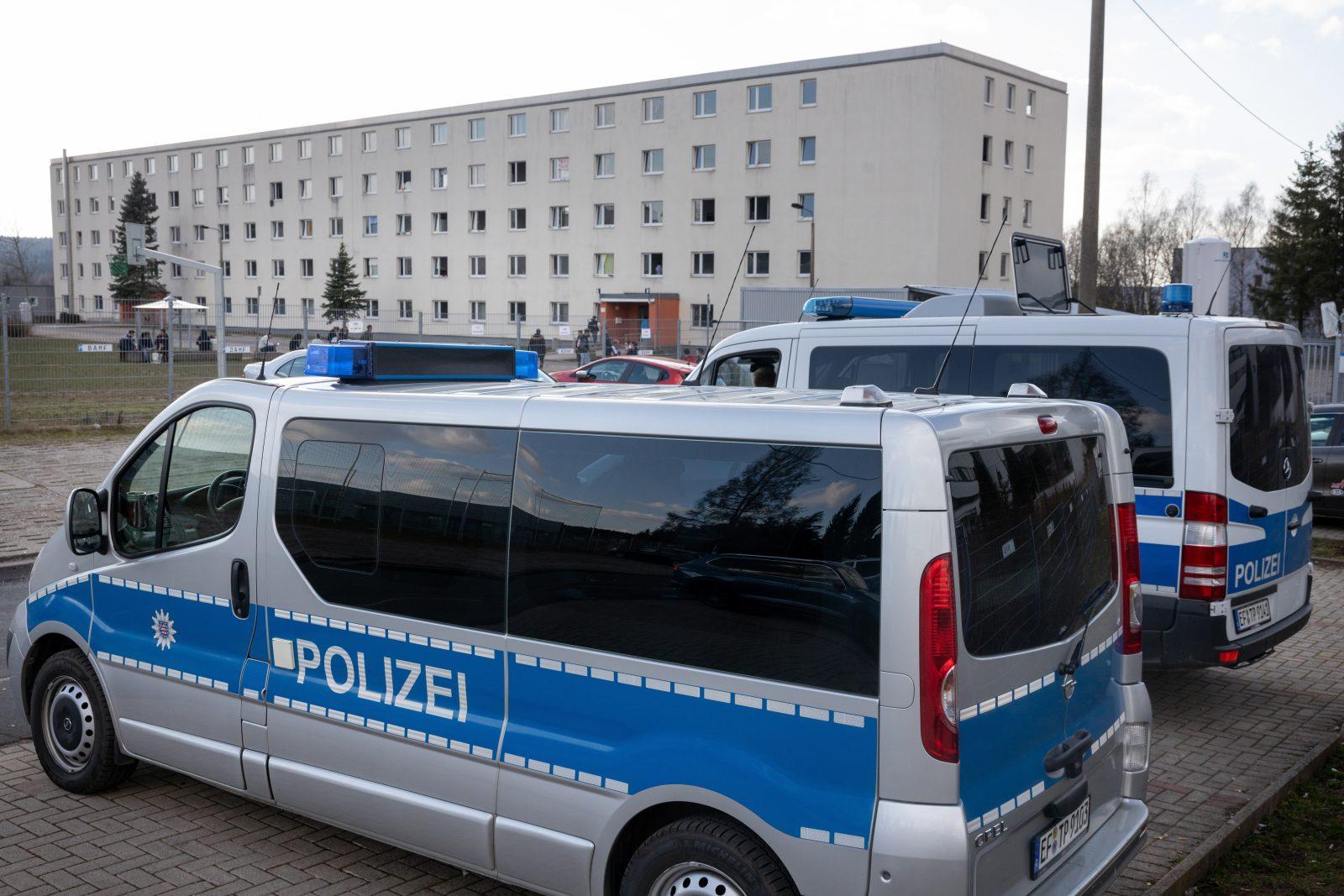 Polizeiwagen stehen vor der Asylunterkunft in Suhl (Archivbild) Foto: picture alliance/dpa/dpa-Zentralbild | Michael Reichel