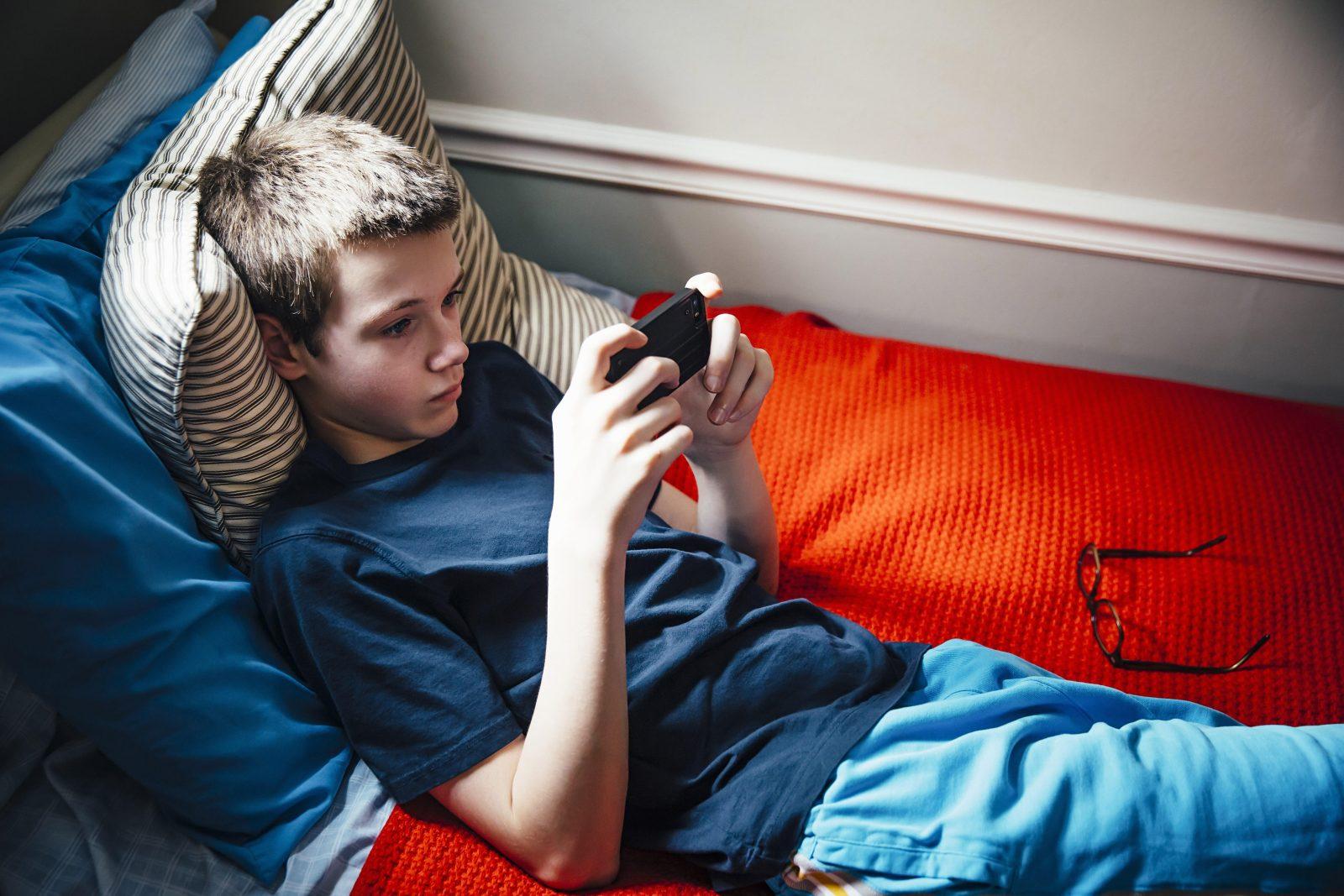 Junge am Handy: Viele Jugendliche legen ihre mobilen Geräte kaum aus der Hand