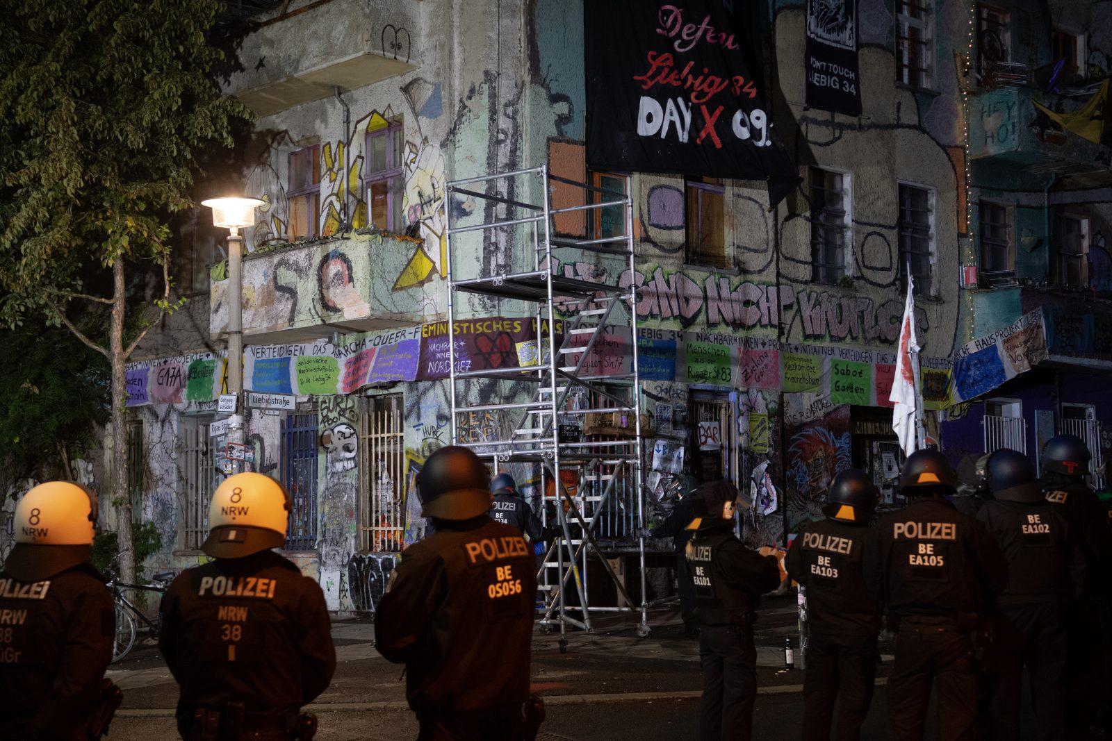 Mehr als 2.000 Polizisten waren bei der Räumung des besetzten Hauses in der Liebigstraße 34 in Berlin im Einsatz Foto: picture alliance/dpa | Paul Zinken
