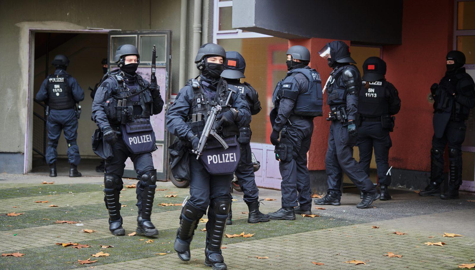 Polizisten bei einer Clan-Razzia im November wegen des Kunstraubs im Grünen Gewölbe in Dresden