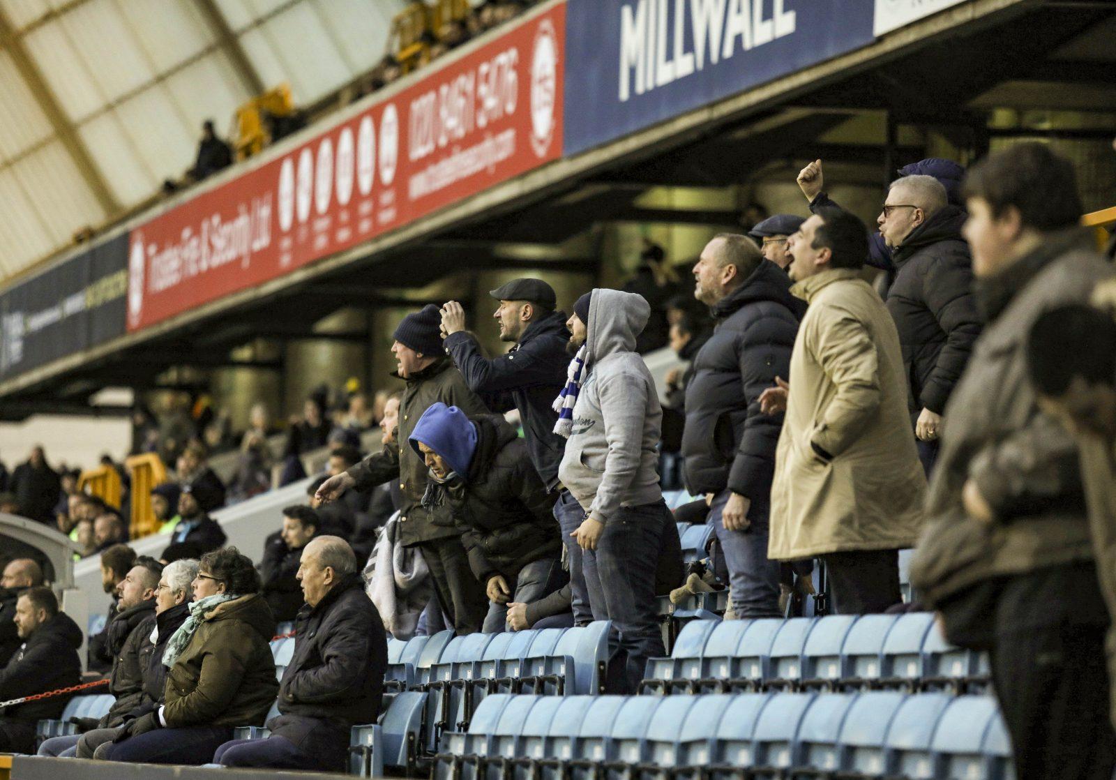 Fans des Millwall FC taten ihren Unmut während des Spiels lautstark kund Foto: picture alliance / SPORTPIX.ORG.UK | Joshua Smith | SportPix.org.uk