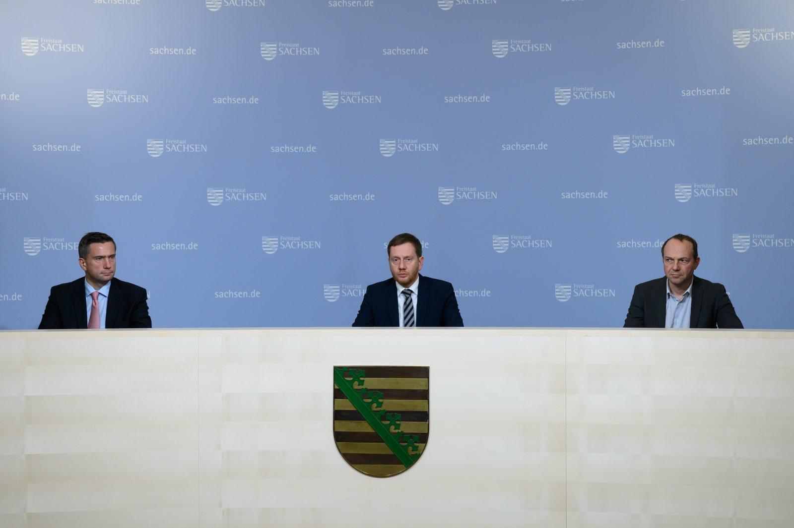 Sachsens Ministerpräsident Michael Kretschmer (CDU, m.) mit Wirtschaftsminister Martin Dulig (SPD, l.) und Umweltminister Wolfram Günther (Grüne, r.)