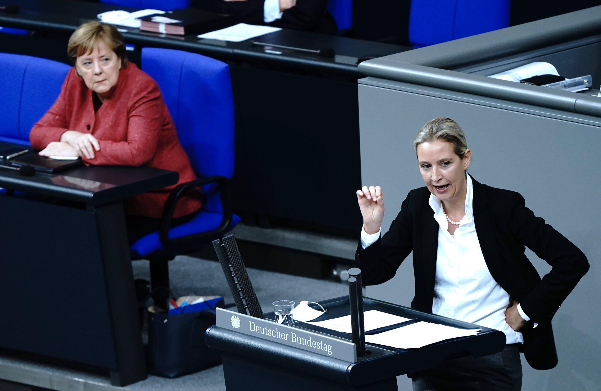 Die AfD-Fraktionsvorsitzende Alice Weidel (r.) attackierte Bundeskanzlerin Angela Merkel (CDU) (l.) in ihrer Rede Foto: picture alliance/dpa | Kay Nietfeld