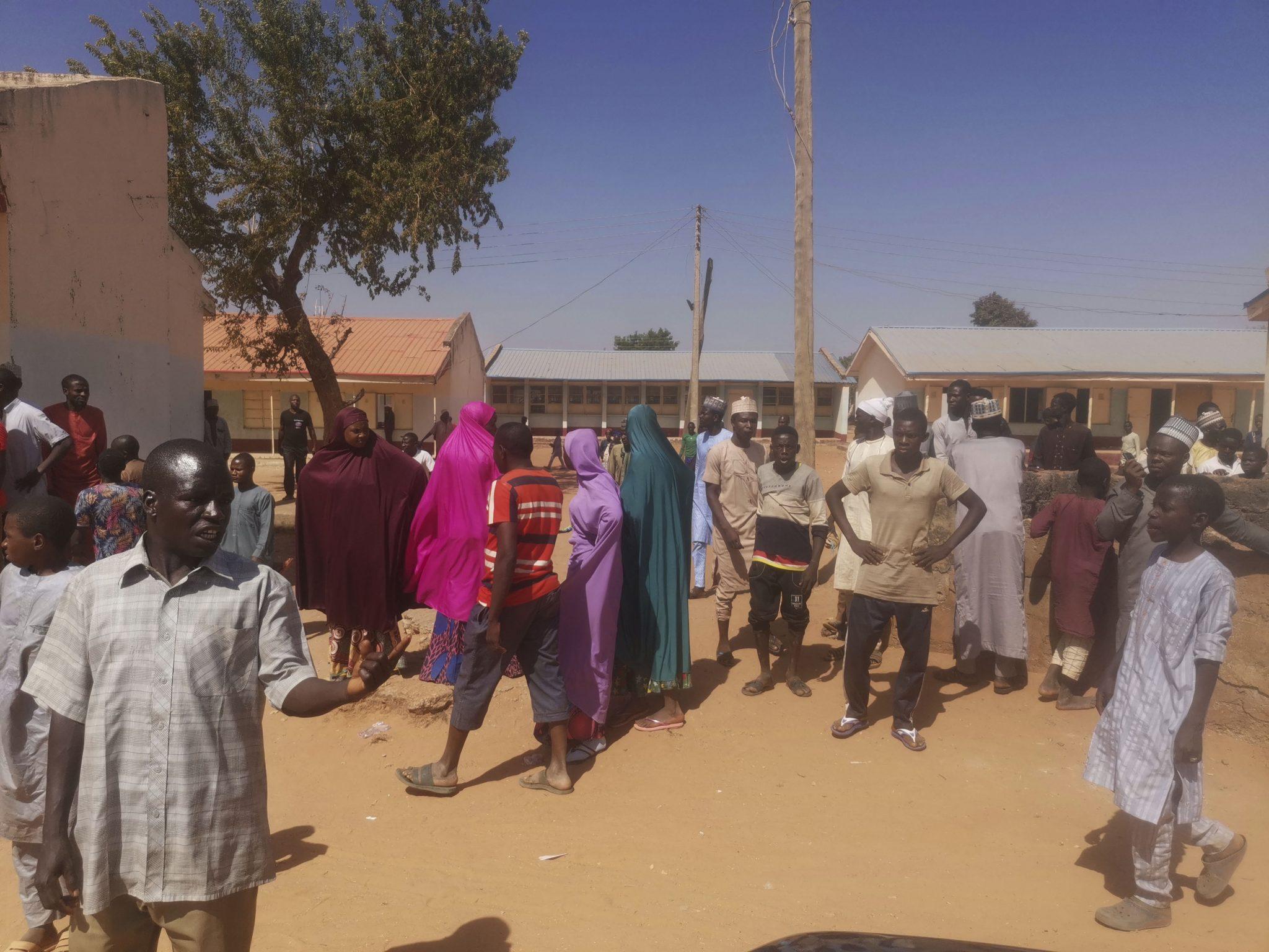 Menschen vor der Schule in Kankara: Boko Haram hat laut eigenen Angaben mehrere hundert Kinder entführt, weil sie angeblich westlich erzogen werden