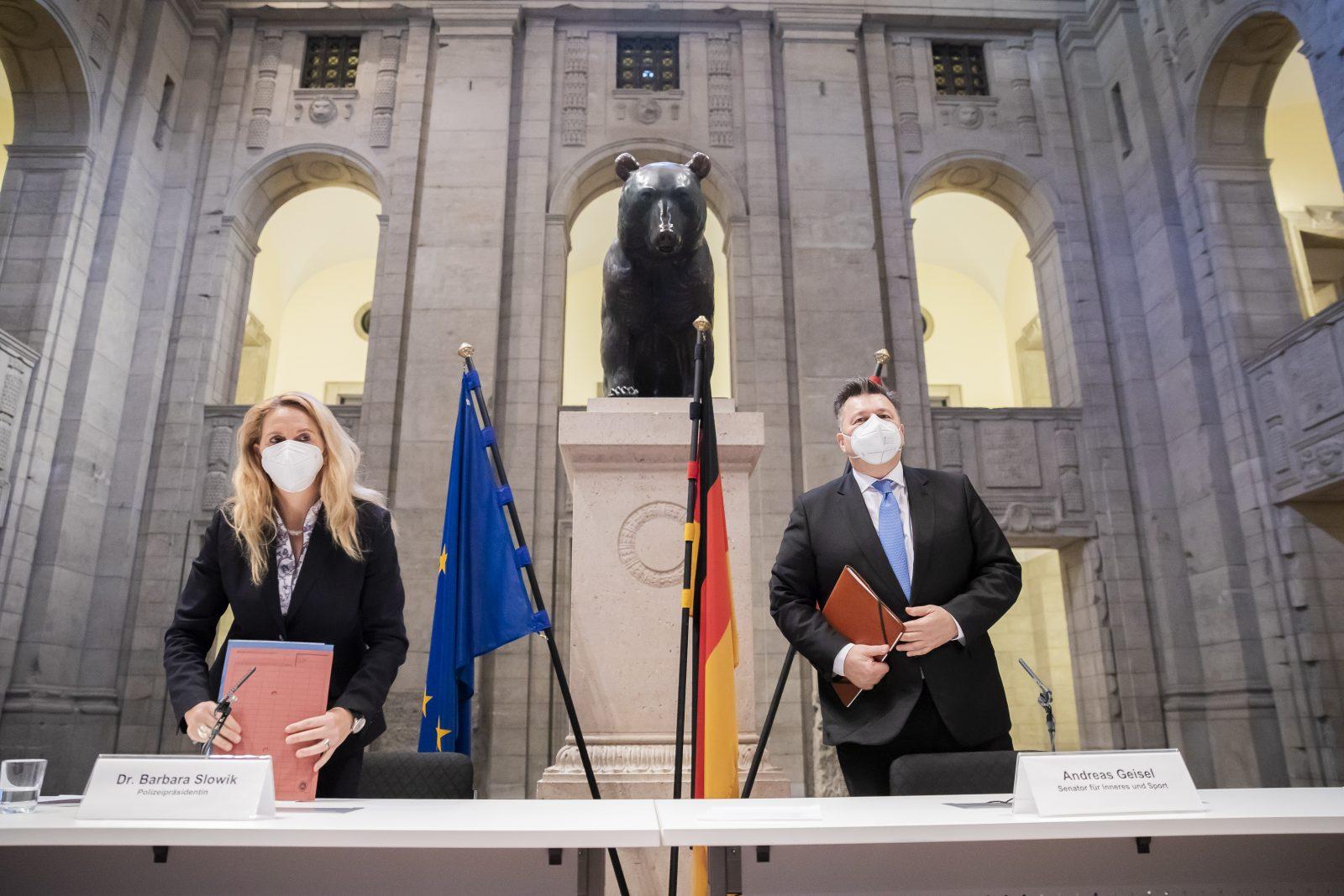 Innensenator Andreas Geisel (SPD, r.) und Polizeipräsidentin Barbara Slowik stellen den neuen Anti-Terror-Plan vor
