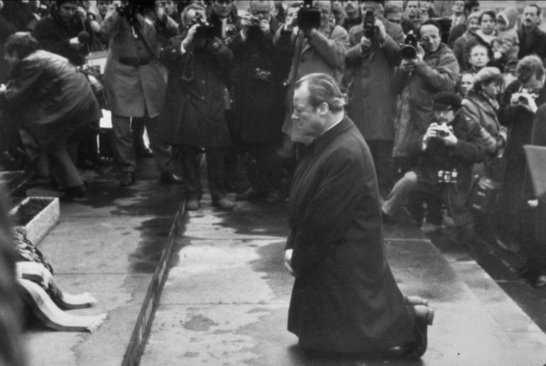 Willy Brandt 1970 in Warschau am Mahnmal zum Ghettoaufstand .
