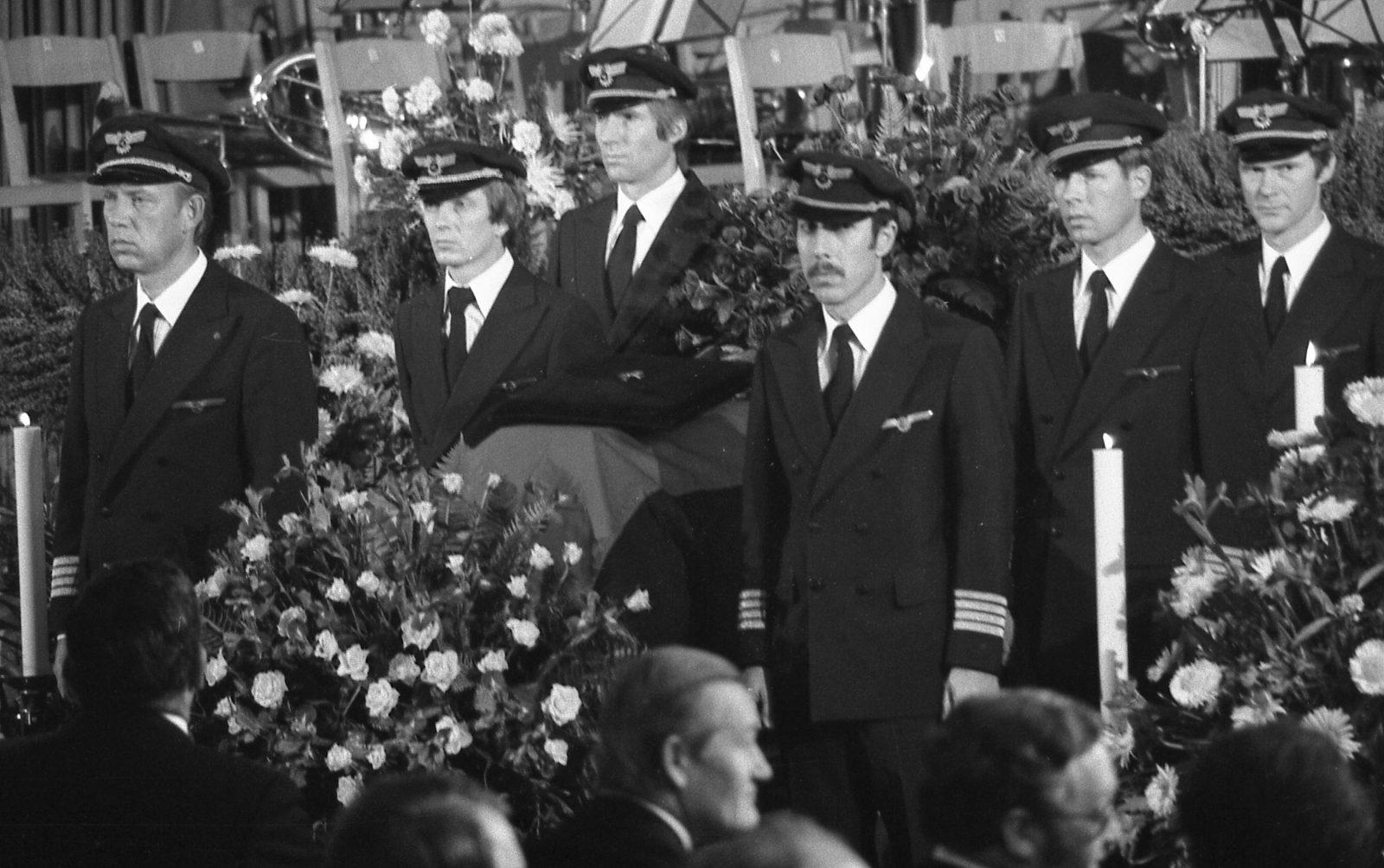 Lufthansapiloten tragen den Sarg ihres von palästinensischen Terroristen ermordeten Kollegen Jürgen Schumann (Archivbild) Foto: picture alliance / AP | Dieter Endlicher
