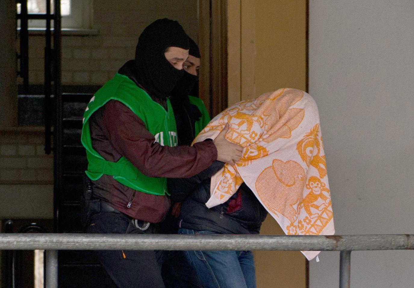 Polizisten führen einen mutmaßlichen Islamisten ab (Archivbild) Foto: picture alliance / dpa | Paul Zinken