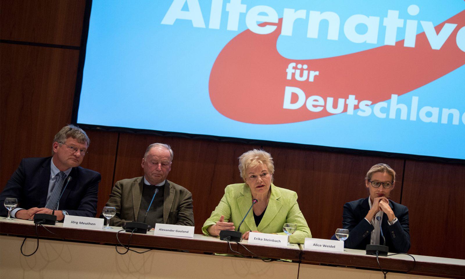 """DES-Vorsitzende Erika Steinbach (2. v.r.): """"Gleichberechtigte Teilhabe an der staatlichen Finanzierung"""""""