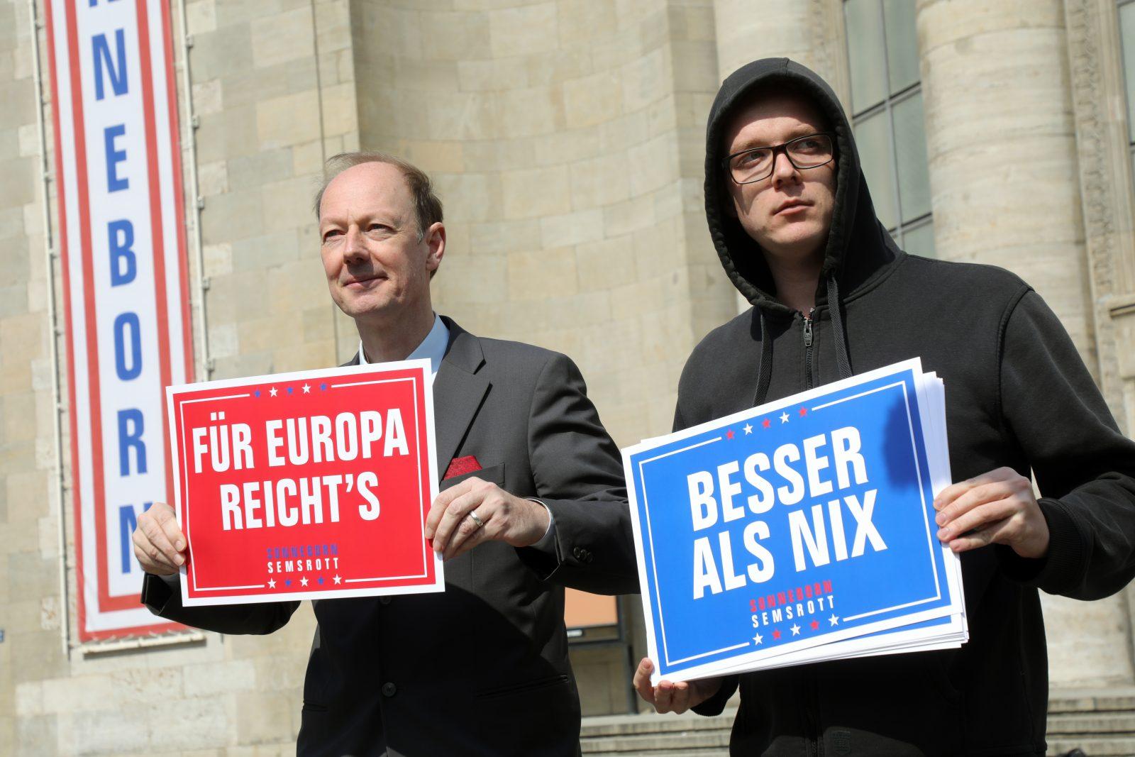 """Damals warben sie noch geeint für """"Die Partei"""": Die Europaparlamentarier Martin Sonneborn (l.) und Nico Semsrott (r.) (Archivbild) Foto: picture alliance/dpa   Wolfgang Kumm"""