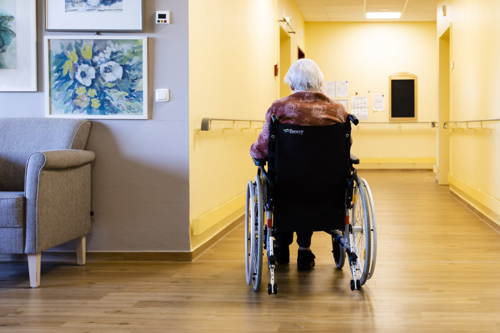 """Frau in Pflegeheim: Es sterben vor allem die Alten """"an oder mit"""" Corona"""