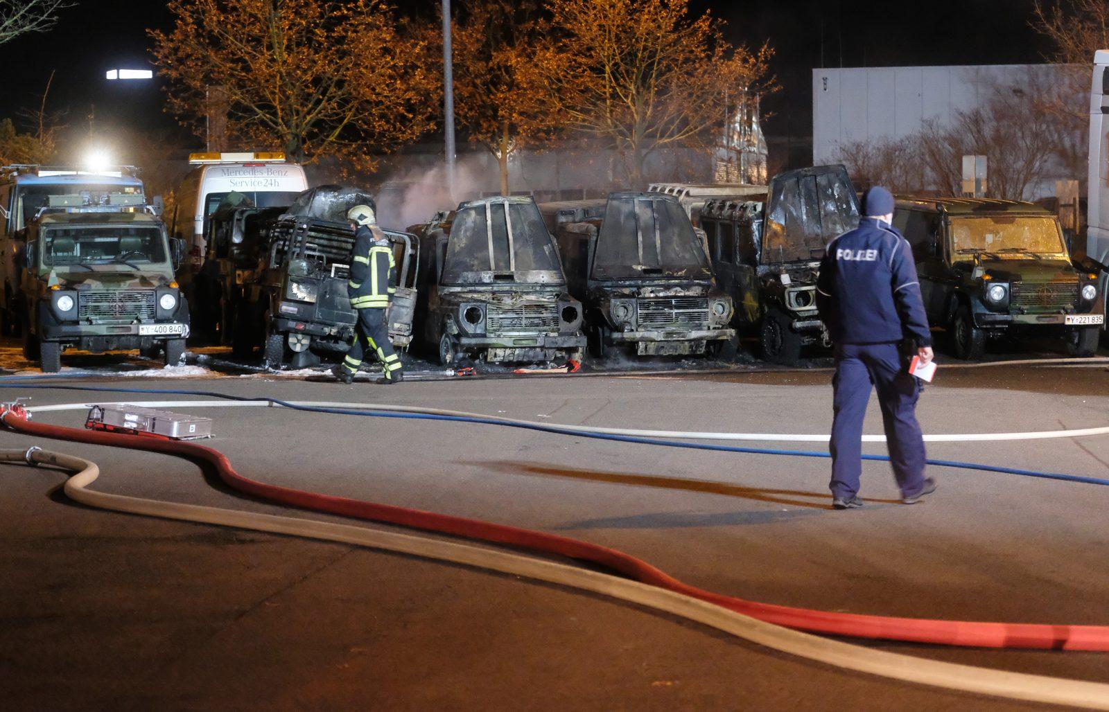 Insgesamt sieben Fahrzeuge der Bundeswehr gingen in Leipzig in Flammen auf Foto: picture alliance/dpa/dpa-Zentralbild | Sebastian Willnow