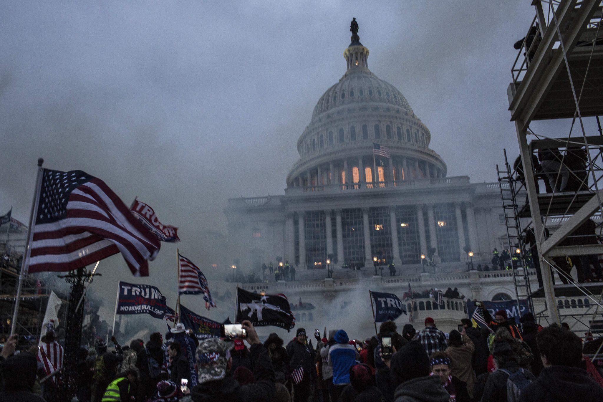 Trump-Anhänger vor und im Kapitol