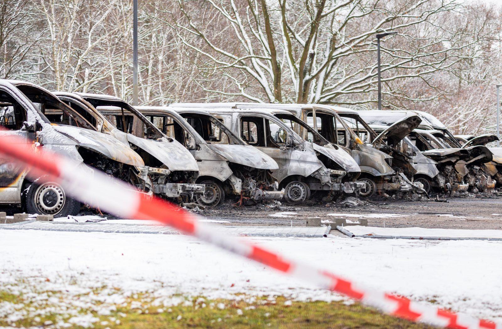 Ausgebrannte Fahrzeuge der Landesaufnahmebehörde in Braunschweig