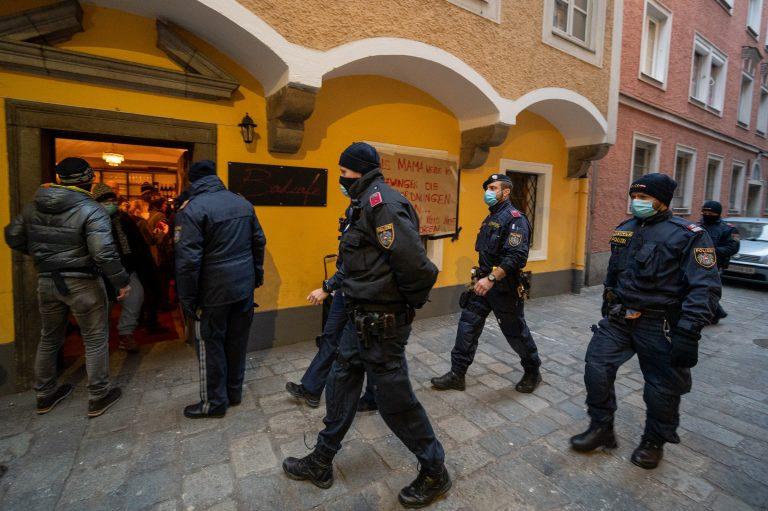 Café in Linz: Wirtin sperrt trotz Verordnungen ihr Lokal auf