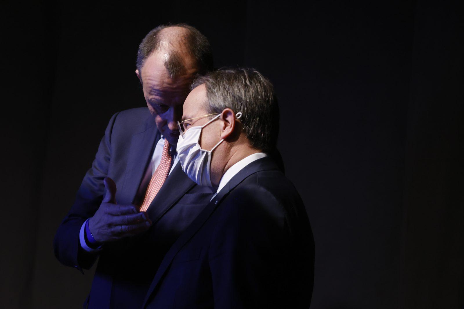 Kandidat des Establishments, Armin Laschet (vorne), mit dem Unterlegenen Friedrich Merz