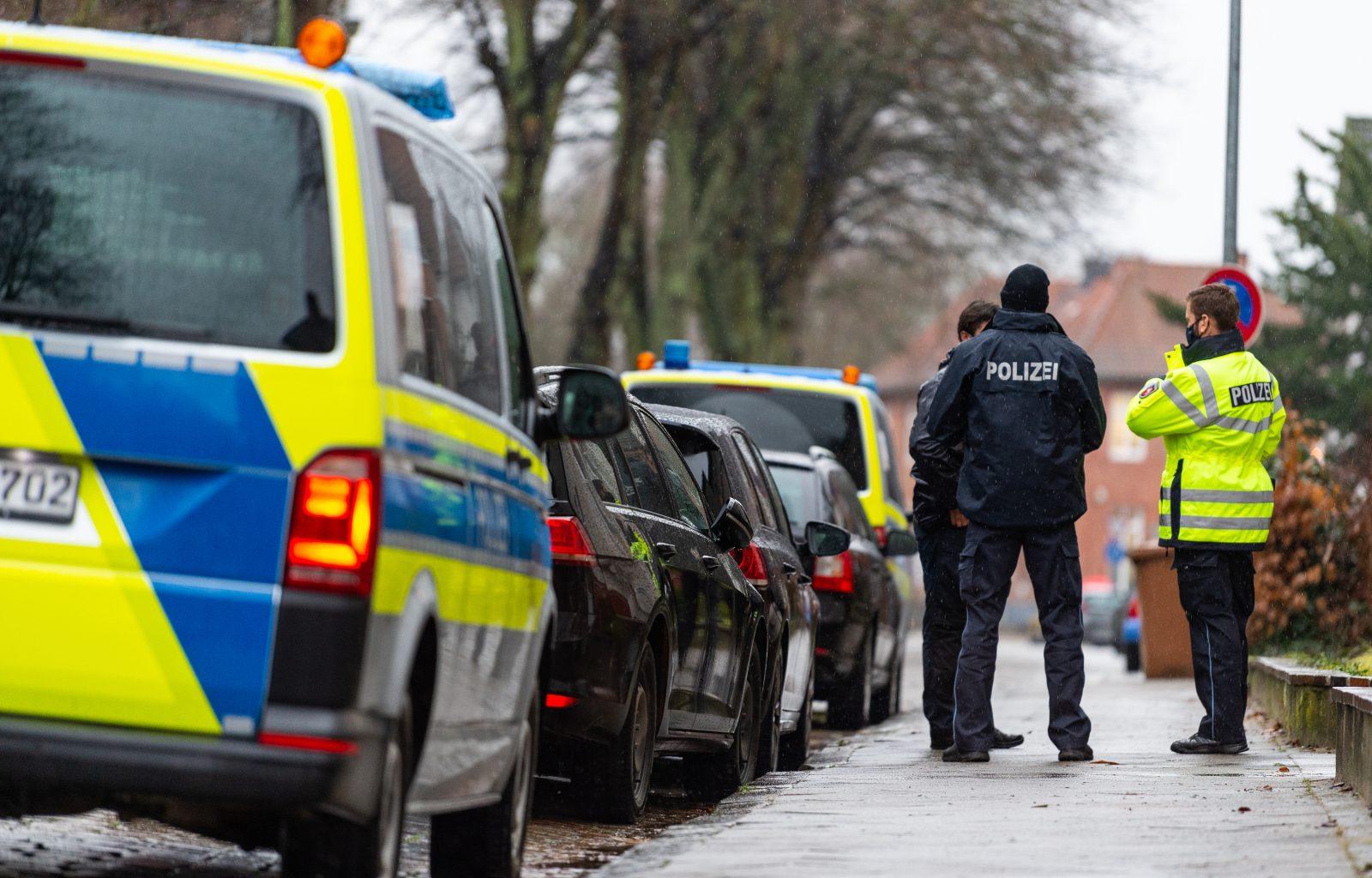 Polizisten sichern den Bereich rund um den Tatort in Lüneburg ab Foto: picture alliance/dpa | Philipp Schulze